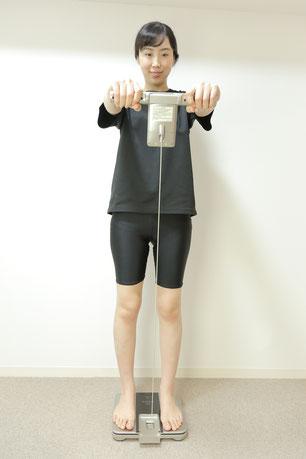 大阪下半身ダイエット専門整体サロンで体重測定をする女性の写真