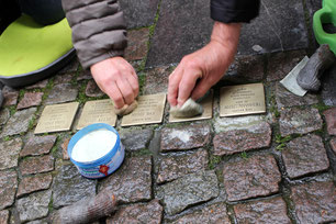 Reinigung von Stolpersteinen