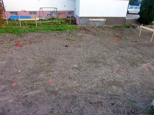 Feinabsteckung mit sieben der zehn orangefarbenen Markierungen auf dem Boden für die Brunnengründung