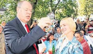 Zum Abschied schenkt Steffi Albers Peer Steinbrück ein gebasteltes Teelicht, das er zunächst für einen Aschenbecher hält.