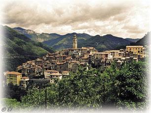 Ein Dorf in den Bergen eingebettet, hier: Ceriana