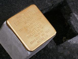 Großaufnahme des Stolpersteins für Luise Nauhaus (vor der Verlegung) gut erkennbar: der Betonquader mit der Messingplkatte an der Oberfläche