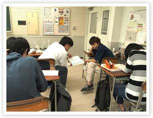 学生同士で教え合う姿