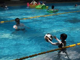 リザンシーパークホテル谷茶ベイの室内プールで息子とビーチボールで遊ぶ編集長