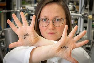 Katrin Unger beschäftigt sich an der TU Graz mit Polymermaterialien und entwickelt entfernbare Tattoo-Sensoren zur Bestimmung des Säuregehalts der Haut. (Foto: Lunghammer – TU Graz)