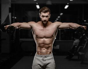 sportlicher junger Mann stemmt Gewichte