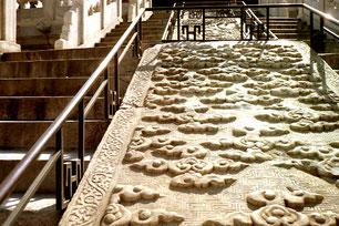 ein fünfklauiges Marmorbild trennt die Treppenaufgänge