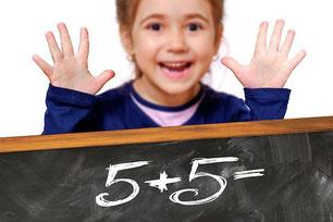 image enfant doigts et chiffre 5