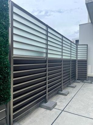 広島市中区 マンション 目隠しでありながら光と風をやさしく採り入れる、採光ルーバーフェンス