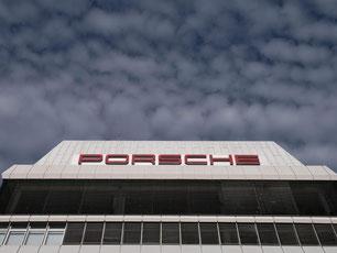 Porsche-Stammsitz in Stuttgart-Zuffenhausen: Der Sportwagenbauer muss wegen des VW-Übernahmekrimis noch diverse Streitigkeiten ausfechten. Foto: Marijan Murat/Archiv