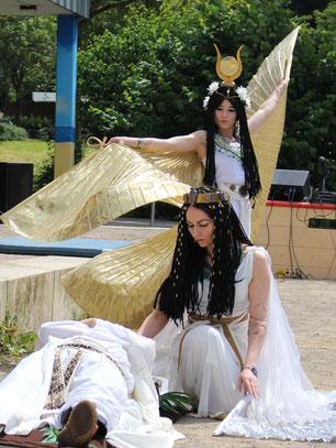 Pharaonischer Tanz mit Chimana als Göttin Isis und Daniela als Prinzessin Scherit, Szenenfoto (c) Kinderstadt Arnsberg