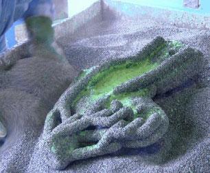 Granulatauftrag auf ein Wachsmodell / Bronzeguss