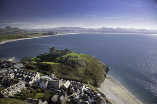 Criccieth Castle von oben aufgenommen mit dem Meer im Hintergrund und blauem Himmel © Visit Wales