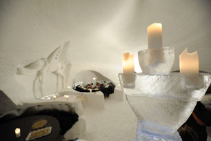 Im Inneren mit eisigen Kerzenhaltern © Iglu Dorf