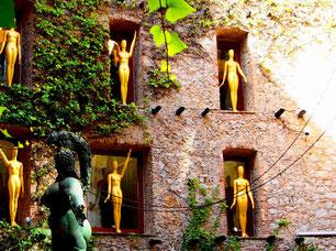 vergoldete Schaufenster-Puppen als Kunst-Objekt