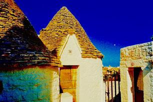 die Dächer der Trulli sind geschichtet aus rohem Felsgestein