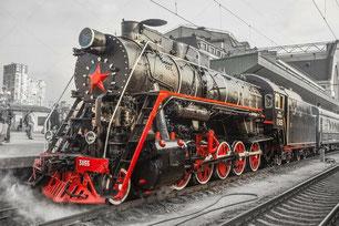 VIEILLE LOCOMOTIVE A VAPEUR RUSSE EN GARE DE TRAIN