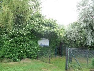 Eingang mit Schild - NABU-Nachtigallenoase