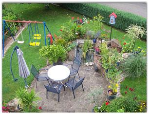 Gartenteich mit Sitzgelegenheit