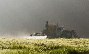 Feld Tracktor Pestizide Spritzmittel