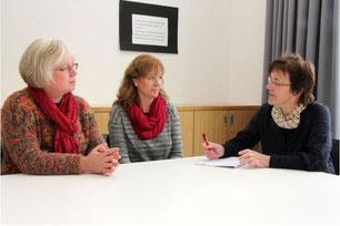 Kornelia Kruse und Sabine Roark von der Selbsthilfegruppe im Gespräch mit Maria Niermann - Foto: CHR