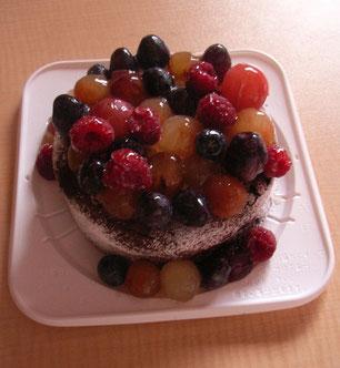 マカロンを飾る前のガトーショコラ。フルーツの下のクリームはホワイトチョコレートのガナッシュモンテです