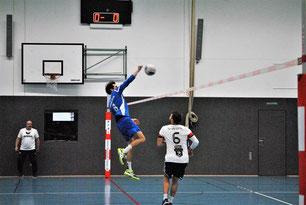 Viel zu selten konnten sich die Faustballer des TV Hohenklingen am Sonntagmittag gegen den mit Nationalspielern gespickten TV Käfertal durchsetzen. Hier gelang dies Angreifer Bastian Dangel gegen Marcel Stoklasa.