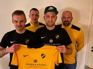 v.l.n.r.: Mirko Oltrop, Mike Voss (Fußmallobmann TuS Hinte), Patrick Poppen und Matthias Voss (Trainer TuS Hinte 1. Herren)