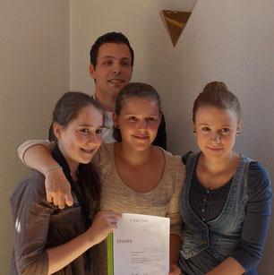 Lea-Susan Schmatz, Viktoria Herrmann, Sabrina Metz (vlnr.),  hinten Lehrgangsleiter Markus Metz