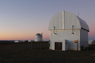 Das Göttinger MONET Teleskop am South African Astronomical Observatory, im Hintergrund das South African Large Telescope