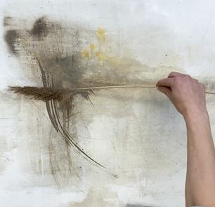 ein abstraktes Kunstwerk gemalt mit Gräsern