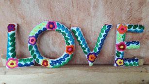 Geschenkidee zum Valentinstag: bestickte Buchstaben als Boho Wanddeko