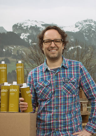 Bild: Adrian Assalve mit Olivenöl extra vergine aus Italien