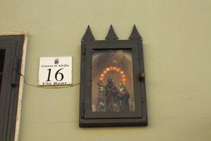 ganz links: San Trifone, Schutzheiliger von Adelfia (Apulien)