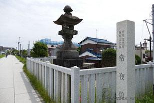 江戸日本橋の成田山の講の人たちが船旅の安全を祈って建てたとされる常夜灯は、市の有形文化財として当時船着場があった場所(現:常夜灯公園)に残されています