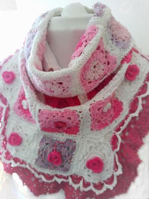 Gehaakte sjaal met gehaakte roosjes