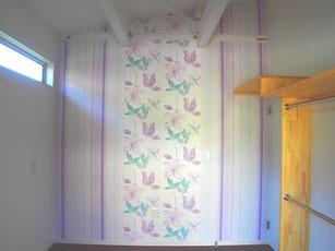 こちらはおねえちゃんのお部屋.花柄×ストライプ 豊富な柄の輸入壁紙ならこんな組み合わせもできます.女の子らしいかわいいクロスを選んだのはご本人です.センスが良くて将来がたのしみです.