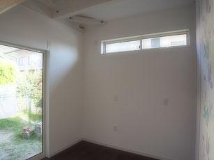 お庭で出られる掃き出し窓.上の方に窓があるのはロフトベッドを置くからです.