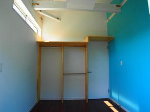 弟くんのお部屋.ブルーのアクセントクロス 収納はもちろんオープンです.ちゃんとお片づけしないといけないよ,というメッセージが込められています.