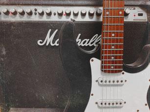 エレキギターとギターアンプ
