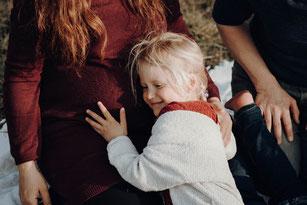 sitzendes Kind schreit, weint oder gähnt
