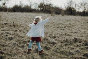 sitzendes Kind weint, schreit oder gähnt