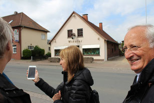In 2016 sollen Stolpersteine für die Rehburger Familie Löwenberg vor deren ehemaligem Haus verlegt werden. Claudia de Levie hat alte Fotografien des Hauses auf ihrem Handy.