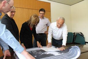 Empfang beim Bürgermeister: Claudia und Rafael de Levie sehen sich gemeinsam mit Martin Franke, Annekatrein Kleine und Heinrich Lustfeld die Ausstellungs-Tafeln des Arbeitskreises zu verfolgten Juden in der Stadt an.