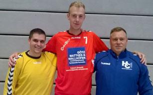 Vorstellung und Begrüßung des neuen Spielers. v.l.n.r.: Dominik Otto, Simeon Kummer und Trainer Mike Ermert.
