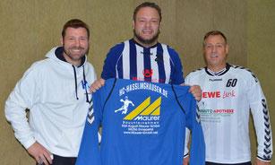 Vorstellung und Begrüßung des neuen Spielers. v.l.n.r.: Lars Timmerbeil, Ben Karbange und Trainer Mike Ermert.