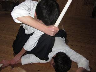「たちまち」の留め 左足に体重をかけて相手の脇の下を踏みつけ、身動きできないようにする!!