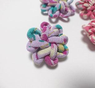 ちりめん和風ブローチむらさき花結び飾り結びメドゥプ