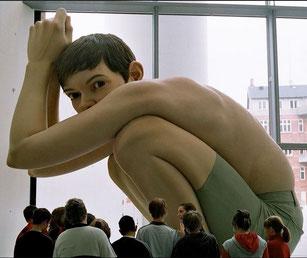 BOY, de Ron Mueck, 2001, dimensions : 5M X 5M