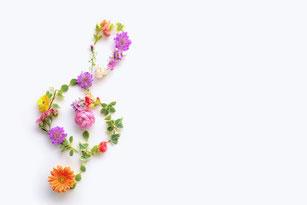 花でできたト音記号。ガーベラ、バラ、スイトピー。